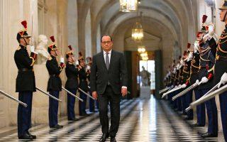 Η Γαλλία «βρίσκεται σε πόλεμο» και εννοεί να τον διεξαγάγει «ανελέητα» έως την ολοσχερή καταστροφή του «Ισλαμικού Κράτους», διεμήνυσε ο πρόεδρος Ολάντ ενώπιον του γαλλικού Κογκρέσου. Ηδη, γαλλικά αεροπλάνα βομβάρισαν τη συριακή πόλη Ράκα, προπύργιο των τζιχαντιστών, ενώ το αεροπλανοφόρο «Σαρλ ντε Γκωλ» πλέει προς τις συριακές ακτές. Στη φωτογραφία, ο Γάλλος πρόεδρος προσέρχεται στην κοινή σύνοδο των δύο νομοθετικών σωμάτων, στο ανάκτορο των Βερσαλλιών.