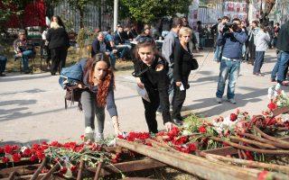 Κόσμος καταθέτει λουλούδια στο μνημείο για την 42η επέτειο της εξέγερσης του Πολυτεχνείου.