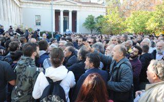 Φοιτητές αποδοκίμασαν και προσπάθησαν να εμποδίσουν στελέχη του ΣΥΡΙΖΑ να καταθέσουν στεφάνι στο Πολυτεχνείο.