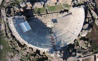 Tέσσερις σειρές εδωλίων, που μέχρι πρότινος οι αρχαιολόγοι θεωρούσαν ότι είχαν γίνει ασβέστης, είναι τα νέα ευρήματα που αποκαλύφθηκαν στο Μεγάλο Θέατρο Νικόπολης. Ηρθαν στο φως κατά τη διάρκεια του έργου προστασίας, συντήρησης και αποκατάστασης του μνημείου, η πρώτη φάση του οποίου ολοκληρώνεται στις 31 Δεκεμβρίου. Οταν περατωθούν οι εργασίες, οι οποίες αποσκοπούν στη διασφάλισή του, το θέατρο θα είναι επισκέψιμο.