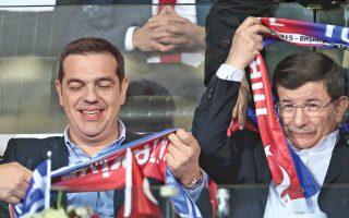 Με την παρακολούθηση από κοινού με τον ομόλογό του Αχμέτ Νταβούτογλου της φιλικής ποδοσφαιρικής αναμέτρησης μεταξύ Ελλάδας και Τουρκίας ξεκίνησε η επίσκεψη του πρωθυπουργού Αλέξη Τσίπρα στη γειτονική χώρα. Η είσοδος των δύο ηγετών συνοδεύτηκε, πάντως, από αποδοκιμασίες μερίδας φιλάθλων.