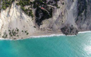 Από τις κατολισθήσεις καλύφθηκε το μεγαλύτερο μέρος της διάσημης παραλίας των Εγκρεμνών.