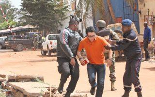 Ανδρες των ειδικών δυνάμεων του Μάλι απομακρύνουν όμηρο που διασώθηκε από επίθεση τζιχαντιστών σε πολυτελές ξενοδοχείο στο Μπαμακό.