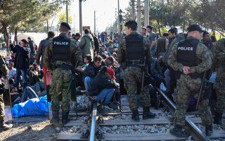 Μετανάστες έχουν καταλάβει τη σιδηροδρομική γραμμή κοντά στη Γευγελή, που οδηγεί στην ΠΓΔΜ. Χθες, τρεις χιλιάδες πρόσφυγες είχαν εγκλωβιστεί στην ουδέτερη ζώνη μεταξύ Ελλάδας και Σκοπίων, μετά την απόφαση των σλαβομακεδονικών αρχών να κλείσουν από το μεσημέρι τα σύνορα για πρόσφυγες και μετανάστες. (φωτ. EPA)