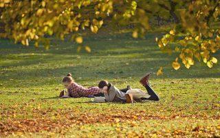 Η φωτογραφία είναι τραβηγμένη στο Λονδίνο, τέλη Οκτωβρίου, και μπορεί να μοιάζει ειδυλλιακή, ωστόσο αποτελεί απόδειξη ότι ο χειμώνας φέτος θα μπει με ανοιξιάτικο καιρό.