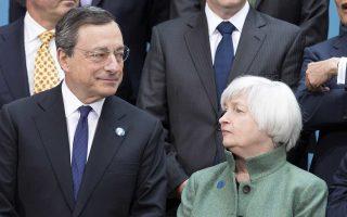 Ολα πλέον δείχνουν ότι σε Ευρώπη και Ηνωμένες Πολιτείες ο Δεκέμβριος θα είναι ο μήνας των κεντρικών τραπεζών. Ο πρόεδρος της ΕΚΤ, Μάριο Ντράγκι, εμφανίζεται έτοιμος να προχωρήσει σε επέκταση της νομισματικής χαλάρωσης, καθώς ο πληθωρισμός παραμένει σε πολύ χαμηλά επίπεδα. Αντιθέτως, η Αμερικανίδα ομόλογός του, Τζάνετ Γέλεν, δείχνει να έχει ξεπεράσει τις όποιες αναστολές, μετά τη βελτίωση στην αγορά εργασίας, και να προχωρεί σε αύξηση των επιτοκίων για πρώτη φορά την τελευταία δεκαετία.