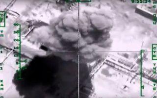 Καπνός υψώνεται από διυλιστήριο πετρελαίου σε περιοχή που ελέγχει το «Ισλαμικό Κράτος» στη Συρία. Ηταν ένας από τους στόχους των χθεσινών βομβαρδισμών της ρωσικής πολεμικής αεροπορίας.