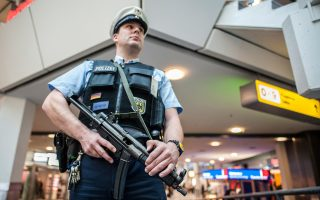 Πάνοπλος αστυνομικός φρουρεί το αεροδρόμιο του Βερολίνου.