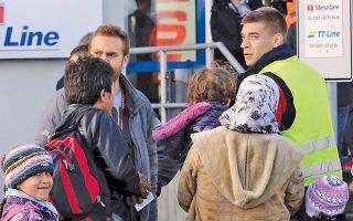 Μετανάστες αγοράζουν εισιτήρια στο λιμάνι του Ροστόκ, στη βορειοανατολική Γερμανία, ώστε να συνεχίσουν το ταξίδι τους προς τη Σουηδία, όπου τους περιμένουν σύγχρονες δομές φιλοξενίας, περίθαλψη και συμβουλευτική.