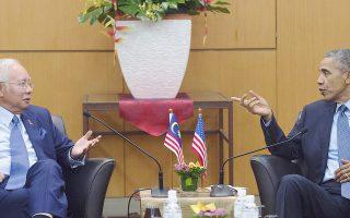 Ο Μαλαισιανός πρωθυπουργός Νατζίμπ Ραζάκ υποδέχεται τον Αμερικανό πρόεδρο Ομπάμα στην Κουάλα Λουμπούρ.