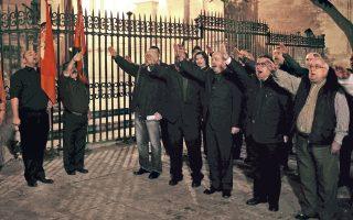 Οπαδοί του Ισπανού δικτάτορα Φρανσίσκο Φράνκο χαιρετούν φασιστικά, την Πέμπτη στη Μάλαγα, μία ημέρα πριν από την 40ή επέτειο από τον θάνατο του ινδάλματός τους.