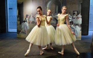 Όταν ζωντανεύουν οι πίνακες. «Degas:A new vision» είναι ο τίτλος της έκθεσης της Εθνικής Πινακοθήκης Βικτόρια στην Μελβούρνη. Τουλάχιστον 200 πίνακες του Γάλλου ζωγράφου φιλοξενούνται στην πινακοθήκη και οι χορεύτριες της Εθνικής Σκηνής ζωντάνεψαν μερικούς από αυτούς. EPA/JULIAN SMITH