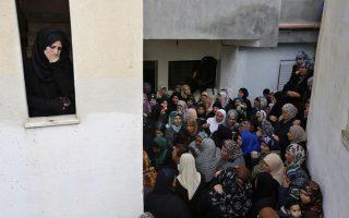 Σαν σκηνή θεάτρου. Μόλις 21 χρονών ήταν ο Leith Manasrah όταν έπεσε νεκρός από πυρά στρατιωτών στον προσφυγικό καταυλισμό Qalandia κοντά στην Ramallah. Στο σπίτι του, ένας  τοίχος  χωρίζει την νεαρή κοπέλα από τις μεγαλύτερες σε ηλικία που έσπευσαν να παρασταθούν στην οικογένεια. Μόνο που είναι κάτι περισσότερο από ένα ντουβάρι. Είναι η αποδοχή των μεγαλυτέρων για την δύσκολη και με ανθρώπινες απώλειες, ζωή που ζούνε και την  ελπίδα  (ψευδαίσθηση;) της νεαρής κοπέλας που μοιάζει να μην μπορεί να αποδεχθεί την σκληρή μοίρα της ζωής στην φλεγόμενη για άλλη μια φορά Μέση Ανατολή. EPA/ALAA BADARNEH