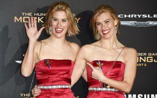 Τα βλέπω διπλά. Ακομπλεξάριστες με την ομοιότητά τους, ντυμένες και στολισμένες το ίδιο, οι δίδυμες ηθοποιοί Kim Ormiston και Misty Ormiston ποζάρουν για την προώθηση της ταινίας «The Hunger Games: Mockingjay - Part 2», στο Microsoft Theater του Λος Άντζελες. Ά! Η Kim είναι αριστερά.  AFP PHOTO / ROBYN BECK
