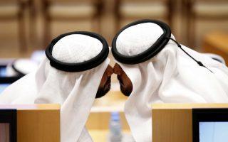 Γεια σου και σένα. Με τον παραδοσιακό χαιρετισμό, ακουμπώντας τις μύτες τους, δυο μέλη του του νέου Ομοσπονδιακού Εθνικού Συμβουλίου των Ηνωμένων Αραβικών Εμιράτων συμμετέχουν στην πρώτη συνεδρίαση. Το συμβούλιο αποτελείται από 40 μέλη, με τα 20 από αυτά να έχουν  εκλεγεί από  δημοψήφισμα, ενώ τα υπόλοιπα μέλη, μεταξύ των οποίων και οκτώ γυναίκες, διορίστηκαν από τους ηγεμόνες του κάθε εμιράτου. Ανάμεσα στις κυρίες και η Amal Al Qubaisi, η πρώτη πρόεδρος του Ομοσπονδιακού Συμβουλίου που θα αναλάβει τέτοια θέση.  EPA/ALI HAIDER