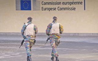 Με πόλη - φάντασμα έμοιαζαν για τρίτη κατά σειρά ημέρα χθες οι Βρυξέλλες, εξαιτίας του φόβου νέων τρομοκρατικών επιθέσεων. Τα σχολεία, τα δημόσια θεάματα και το μετρό έμειναν κλειστά, ενώ 1.000 στρατιώτες περιπολούσαν στους δρόμους. Οι διωκτικές αρχές συνέλαβαν και απήγγειλαν κατηγορίες σε ύποπτο για συμμετοχή στις πολύνεκρες επιθέσεις που συγκλόνισαν τη Γαλλία. Στη φωτογραφία, Βέλγοι στρατιώτες περιπολούν έξω από τα γραφεία της Κομισιόν.