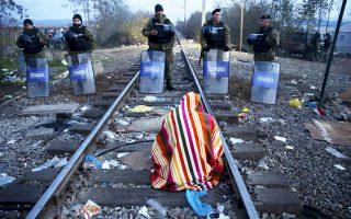 Ιρανός μετανάστης δεν θέλει να εγκαταλείψει τη σιδηροδρομική γραμμή στη νεκρή ζώνη μεταξύ Ελλάδας και ΠΓΔΜ, παρά την απόφαση των Αρχών των Σκοπίων να μην επιτρέψουν την είσοδο σε προερχομένους από μη εμπόλεμες ζώνες.