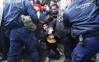 Μια γυναίκα προφυλάσσει την κόρη της σε στιγμή έντασης στα σύνορα της Ελλάδας με την ΠΓΔΜ στην Ειδομένη.