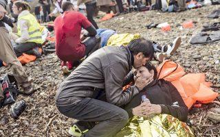 Πρόσφυγες που μόλις έχουν φτάσει στις ακτές της Λέσβου περιμένουν να λάβουν ιατρική βοήθεια.