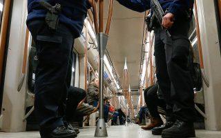 Ενοπλοι αστυνομικοί περιπολούν στον υπόγειο των Βρυξελλών. Από τους δεκάδες υπόπτους που συνελήφθησαν στην πόλη μετά τις 13 Νοεμβρίου παραμένουν κρατούμενοι οι πέντε.