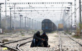 Δύο πρόσφυγες στις ράγες του τρένου στα σύνορα Ελλάδας-ΠΓΔΜ στην Ειδομένη.