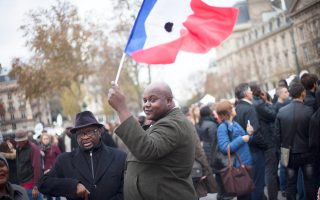 Γαλλική σημαία κραδαίνει αυτός ο Γάλλος στην πλατεία της Δημοκρατίας στο Παρίσι, στις 16 Νοεμβρίου, τρεις ημέρες μετά τις αιματηρές τρομοκρατικές επιθέσεις με τους 130 νεκρούς.