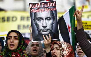 Ο Βλαντιμίρ Πούτιν ως βρικόλακας σε αντιρωσική διαδήλωση ισλαμιστών στην Κωνσταντινούπολη, καθώς ο πόλεμος λέξεων κλιμακώνεται στον απόηχο της κατάρριψης του ρωσικού αεροσκάφους. Ο Ρετζέπ Ταγίπ Ερντογάν ζήτησε να συναντηθεί με τον Ρώσο πρόεδρο, αλλά το Κρεμλίνο δήλωσε ότι δεν θα υπάρξει καμία επαφή αν η Αγκυρα δεν ζητήσει δημοσίως συγγνώμη.
