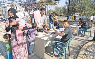 Πρόσφυγες στο κέντρο καταγραφής στη Μόρια της Λέσβου. Η λειτουργία hotspots σε Λέσβο, Χίο, Σάμο και Λέρο έως το τέλος του χρόνου –όπως έχει συμφωνηθεί με την Ευρωπαϊκή Ενωση– απομακρύνεται όλο και περισσότερο ως σοβαρή πιθανότητα.