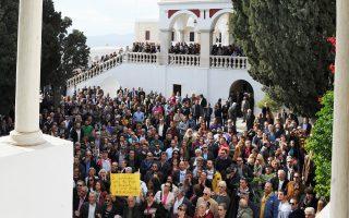 Από παλαιότερη συγκέντρωση διαμαρτυρίας για τις αλλαγές στη λειτουργία του Πανελληνίου Ιερού Ιδρύματος Ευαγγελιστρίας Τήνου.