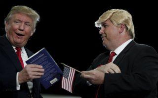 Χωρίστρα πάνω από το αφτί. Άγνωστο αν ο Donald Trump θα καταφέρει να πάρει το χρίσμα για την ηγεσία των Ρεπουμπλικάνων για τις επικείμενες εκλογές. Είναι σίγουρο όμως ότι η περούκα που κυκλοφορεί και φορά ο υποστηρικτής του στην φωτογραφία θα κάνει πάταγο. Και οι δυο τους, ποζάρουν στην διάρκεια συγκέντρωσης υποστηρικτών του υποψηφίου, στο  Goose Creak της Βόρειας Καρολίνας.  REUTERS/Randall Hill