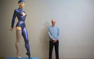 Οριακά. «Colour Matters», έτσι ονόμασε τα νέα του έργα που παρουσιάζει στην Marlborough Gallery του Λονδίνου, ο Allen Jones. Για άλλη μια φορά, το γυναικείο σώμα αποτελεί τον πυρήνα των έργων του, όπως πάντα  με προβοκατόρικο τρόπο, όπως η εικονιζόμενη «The Blue Gymnast ». REUTERS/Neil Hall