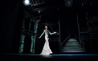 Δαντελένιο κεντημένο φόρεμα με απλικέ σχέδιο, CHRISTOS COSTARELLOS. Δερμάτινες γόβες με ancle strap από λάστιχο JIMMY CHOO, Καλογήρου.