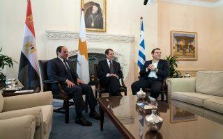 Παρά τις δηλώσεις σε διμερείς επαφές και σε τριμερείς μεταξύ Ελλάδας, Κύπρου και Αιγύπτου (η φωτ. από την τελευταία, που έγινε στη Λευκωσία), το Κάιρο δεν δείχνει καμία διάθεση να αρχίσουν διαπραγματεύσεις για την ΑΟΖ.