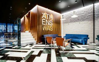 Το lobby του νέου ξενοδοχείου «AthensWas» στον μεγάλο πεζόδρομο της οδού Διονυσίου Αρεοπαγίτου συνδυάζει στοιχεία ενός διακριτικού, κλασικότροπου μοντερνισμού της δεκαετίας του '60 και αντικείμενα του σύγχρονου ντιζάιν. Φωτογραφίες: Βαγγέλης Ζαβός.