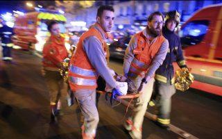 Μία γυναίκα μεταφέρεται από το Μπατακλάν. Τουλάχιστον 100 άνθρωποι έχασαν την ζωή τους στην εκεί επίθεση.