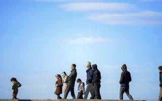 Μετανάστες περιμένουν να ταξιδέψουν από την Τουρκία στη Χίο. Η προσφυγική κρίση που πλήττει τη Νότια και την Κεντρική Ευρώπη μεταφέρθηκε χθες και στη Βρετανία μέσω... Κύπρου!