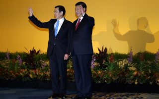 Από τη χθεσινή συνάντηση των προέδρων Σι Τζινπίνγκ και Μα Γινγκ Τζέου στο ξενοδοχείο Σάνγκρι Λα της Σιγκαπούρης.