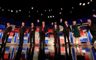 Οι οκτώ διεκδικητές για το χρίσμα των Ρεπουμπλικανών στις εκλογές του 2016, που προσεκλήθησαν στο ντιμπέιτ του Ουισκόνσιν, το τέταρτο κατά σειρά, προσέρχονται στη σκηνή.