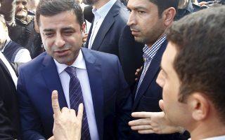 Ο Ντεμιρτάς έξω από τα γραφεία τηλεοπτικού σταθμού, στην Κωνσταντινούπολη.