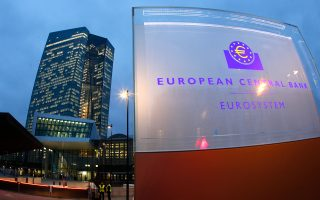 Η ΕΚΤ δρομολόγησε προ οκταμήνου το πρόγραμμα ποσοτικής χαλάρωσης 1,1 τρισ. ευρώ, το οποίο αποτελείται επί το πλείστον από αγορές κρατικών ομολόγων, με στόχο να διοχετεύσει ζεστό χρήμα στο διατραπεζικό σύστημα, ώστε να ενισχυθεί ο δανεισμός στην πραγματική οικονομία.