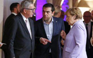 Οι κ.κ. Ζ.-Κ. Γιούνκερ, Αλ. Τσίπρας και Αγκελα Μέρκελ συνομιλούν στο περιθώριο της συνόδου για το προσφυγικό.
