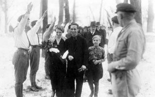 Μια σπάνια φωτογραφία από το προσωπικό άλμπουμ του ζεύγους Γιόζεφ και Μάγκντα Γκαίμπελς. Είναι η ημέρα των γάμων τους, νεολαίοι του ναζιστικού κόμματος χαιρετούν φασιστικά και πίσω διακρίνεται ο στενός φίλος της οικογένειας, Αδόλφος Χίτλερ.