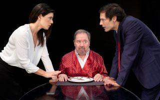 Σκηνή από την παράσταση «Ο μπαμπάς», του Φλοριάν Ζελέρ με τον Σταμάτη Φασουλή, τη Μαρίνα Ασλάνογλου και τον Κωνσταντίνο Κάππα, στο «Χορν».