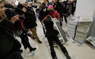 Η «Μαύρη Παρασκευή» στις 27 Νοεμβρίου, η πρώτη Παρασκευή μετά την Ημέρα των Ευχαριστιών, παραδοσιακά εγκαινιάζει την απαρχή των αγορών για τα Χριστούγεννα με μεγάλες προσφορές και εκπτώσεις στις ΗΠΑ. Τ