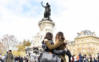 Κάτοικοι του Παρισιού συγκεντρώθηκαν χθες στην Πλας ντε λα Ρεπουμπλίκ για να αποτίσουν φόρο τιμής στα θύματα των επιθέσεων.