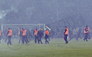 """Επεισόδια σημειώθηκαν μεταξύ φιλάθλων και αστυνομικών πριν την έναρξη του ποδοσφαιρικού αγώνα Παναθηναϊκού- Ολυμπιακού, για την 11η αγωνιστική του πρωταθλήματος της Super League, στο Στάδιο """"Απόστολος Νικολαΐδης"""" στην Αθήνα, Σάββατο 21 Νοεμβρίου 2015. Ο διαιτητής του αγώνα αποφάσισε ότι δεν θα διεξαχθεί ο αγώνας για λόγους ασφαλείας. ΑΠΕ-ΜΠΕ/ ΠΑΝΑΓΙΩΤΗΣ ΜΟΣΧΑΝΔΡΕΟΥ"""