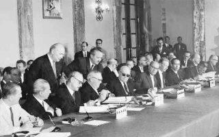 9 Ιουλίου 1961. Αίθουσα Τροπαίων της Βουλής των Ελλήνων. Υπογραφή της Συμφωνίας Σύνδεσης Ελλάδας-ΕΟΚ. Από αριστερά: ο υπ. Εξωτερικών Ευ. Αβέρωφ, ο υπ. Συντονισμού Αρ. Πρωτοπαπαδάκης, ο αντιπρόεδρος Π. Κανελλόπουλος, ο αντικαγκελάριος της Δ. Γερμανίας Λούντβιχ Ερχαρντ και ο υπ. Εξωτερικών του Βελγίου Πολ Ανρί Σπάακ.