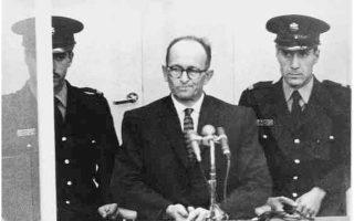 Ο Αντολφ Αϊχμαν στο εδώλιο του κατηγορουμένου. Η δίκη ξεκίνησε τον Απρίλιο του 1961 και ολοκληρώθηκε τον Δεκέμβριο, μέσα σε ένα κλίμα έντονων αντεγκλήσεων για τη νομιμοποίησή της. Καταδικάστηκε σε θάνατο και απαγχονίστηκε τον Μάιο του 1962.