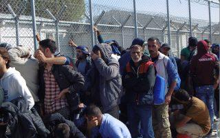 Μετανάστες περιμένουν να καταγραφούν στο κέντρο υποδοχής στη Μόρια της Λέσβου όπου λειτουργεί το πρώτο άτυπο hotspot.