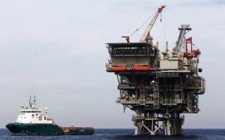 Οι αναλυτές εκτιμούν πως η απόφαση των πετρελαϊκών απλώς μεταθέτει στο μέλλον την καταβολή των μερισμάτων.